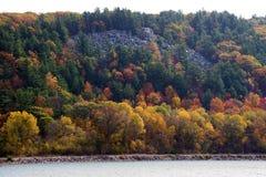 在湖虚张声势的秋天 免版税库存图片