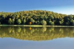 在湖表面的田园诗秋天反映 库存照片