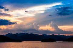 在湖设置的ฺBeautiful太阳,泰国 库存图片