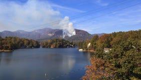 在湖诱剂的森林火灾在北卡罗来纳 免版税库存照片