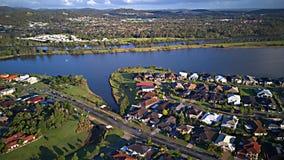 在湖赛船会在Coomera河希望海岛旁边浇灌Parkland英属黄金海岸草玩耍区域议院庄园, 库存照片