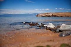 在湖边平地海滩的Rocksl 库存图片