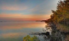 在湖边日出的秋天颜色 免版税图库摄影