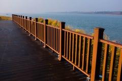 在湖边板条路的栏杆 免版税库存照片