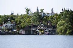 在湖边的修造 免版税库存照片