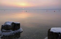 在湖边的冷的新早晨 图库摄影