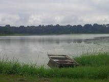 在湖边的小船 图库摄影