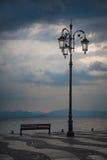 在湖边的灯 免版税库存图片