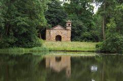在湖边的老summerhouse,英国 库存图片