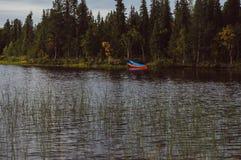 在湖边的蓝色小船在瑞典 免版税库存照片