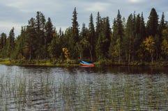 在湖边的蓝色小船在瑞典 库存图片