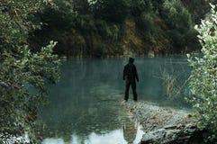 在湖边缘的一个鬼的戴头巾图身分 库存照片