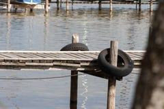 在湖边缘的人行桥 库存照片