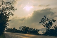 在湖边路的自然风景下午 库存照片