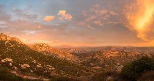 在湖边附近的精采日落在加利福尼亚 免版税库存图片