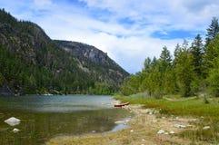 在湖边02的独木舟 库存照片