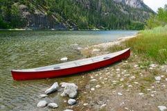 在湖边01的独木舟 库存图片