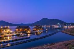 在湖边rafthouse的日落在Srinagarind水坝,北碧PR 库存图片