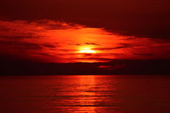 在湖镇海滩的日落在密执安 库存图片