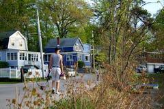 在湖附近放松生活 免版税图库摄影