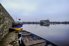 在湖附近的一个美好的风景在克什米尔印度 免版税库存图片