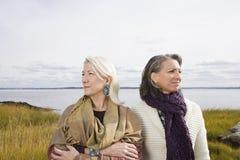 在湖附近的两名妇女 库存图片