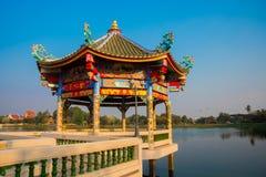 在湖附近的中国寺庙在泰国 图库摄影