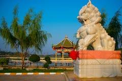在湖附近的中国寺庙在泰国 免版税库存照片