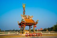 在湖附近的中国寺庙在泰国 库存图片