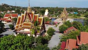 在湖附近的佛教寺庙 美妙的佛教寺庙屋顶和雕象寄生虫顶视图在湖附近的位于晴朗 股票录像