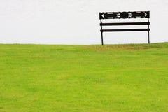 在湖附近的公园长椅 库存图片