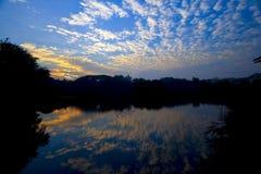 在湖附近的剧烈的晚上云彩 免版税库存图片