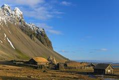 在湖附近的北欧海盗` s村庄wth蓝天在Vestrahorn 木vi 库存照片