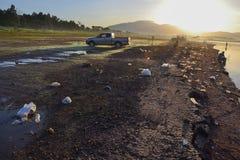 在湖附近的垃圾 免版税库存照片