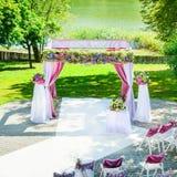 在湖附近的婚礼曲拱 免版税库存照片
