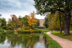 在湖附近的小径在Cesis镇,拉脱维亚附近的秋天公园 库存照片