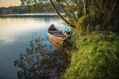 在湖附近的小船在黎明 库存照片
