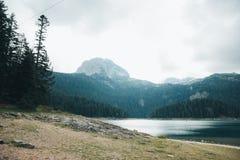 在湖附近的山 图库摄影