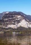 在湖附近的山 库存照片