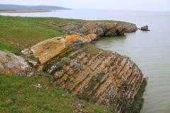 在湖附近的岩石岸 库存照片