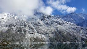 在湖附近的惊人的山 库存图片