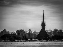 在湖附近的教会 免版税库存图片