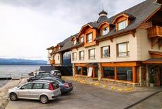 在湖附近的旅馆 免版税库存图片