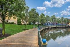 在湖附近的木道路在邻里 库存图片