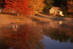 在湖附近的棚子在秋天, CT 免版税库存图片