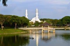 在湖附近的清真寺 免版税图库摄影