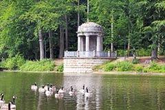 在湖附近的眺望台 免版税库存图片