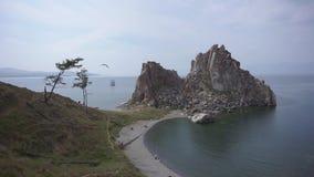 在湖附近的美丽的岩石 股票录像
