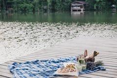 在湖附近的舒适野餐 免版税库存照片
