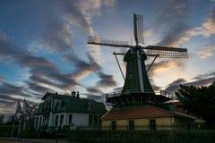 在湖附近的荷兰风车'Kralingse Plas'在鹿特丹,荷兰 免版税库存照片